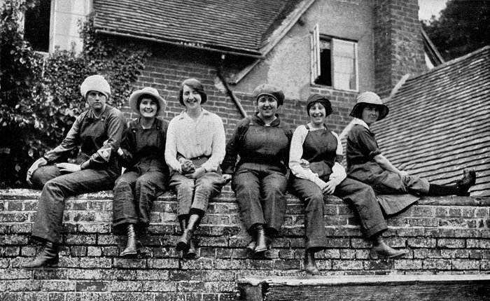 War Brownies resting during lunch time: munition workers of England, (c) Public Domain